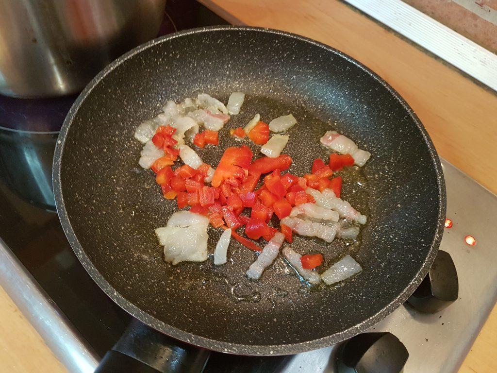 añadimos el pimiento troceado para la Pasta al Pomodoro con Pancetta y Pimientos