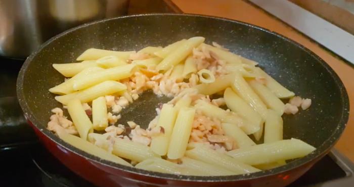 Saltear la pasta con el salmón hasta tener la consistencia cremosa