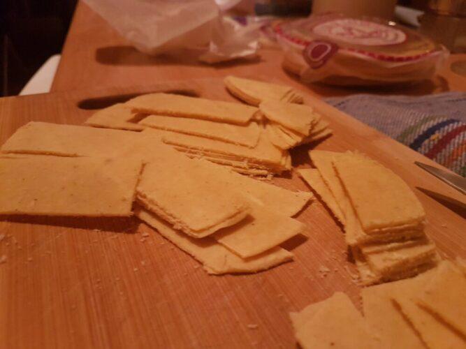 tortillas de maíz cortadas en tiras